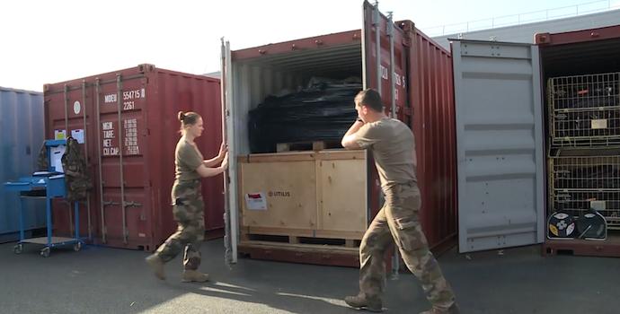 Préparation du déploiement de l'EMR, chargement des conteneurs (Crédit : Armée de terre/EMACOM)